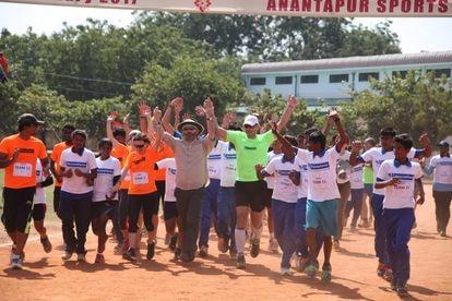 Moncho Ferrer participa en el Anantapur Ultramaraton, que la Fundación VF organiza cada año en India.