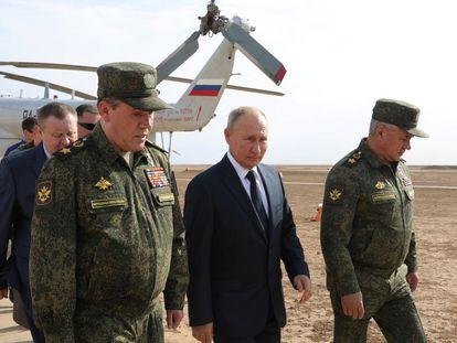 El presidente ruso, Vladímir Putin, junto al ministro de Defensa, Sergei Shoigu (derecha), y el jefe de las Fuerzas Armadas rusas, Valery Gerasimov, durante unas maniobras en la región rusa de Astrakhan, en septiembre de 2020.