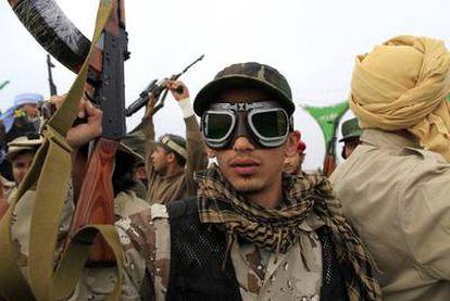 Un soldado leal a Gadafi posa ayer en la entrada oeste de Ajdabiya, durante una visita a la zona para la prensa organizada por el régimen libio.