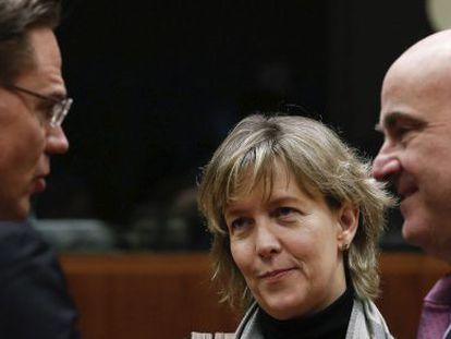 El vicepresidente de la Comisión, Jyrki Katainen, conversa con los ministros de Economía de Portugal y España.