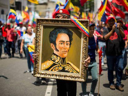 Un hombre sostiene un cuadro de Simón Bolívar durante una manifestación en Caracas, en 2019.