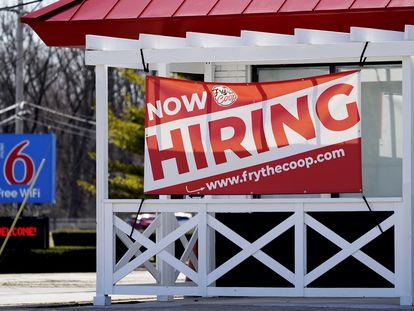 Un cartel anuncia la contratación de personal en un restaurante de Prospect Heights (Illinois, EE UU), este domingo.