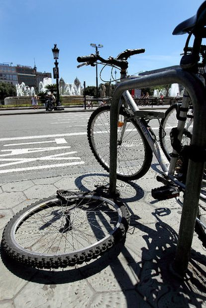 Una rueda atada, rastro del robo de una bicicleta en la plaza de Catalunya.