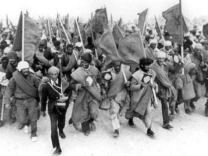 Manifestantes marroquíes en la Marcha Verde en el Sáhara Occidental en 1975.