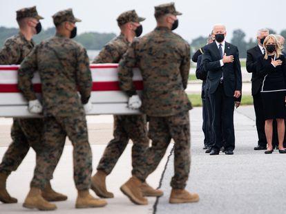 El presidente Biden observa en la base aérea de Dover el arribo de los ataúdes de los soldados fallecidos en Kabul.