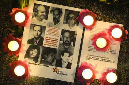 Retratos de los seis jesuitas asesinados, durante la procesión de los Farolillos en 2010.