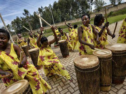 Ingoma Nshya es el primer grupo femenino de percusionistas de Ruanda.