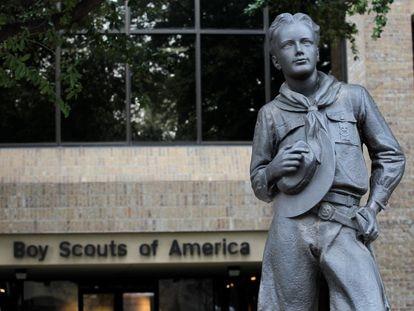La estatua de los Boy Scouts en la entrada de la sede de la organización, en Irving (Texas) en 2013.
