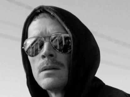 """Paul Bettany caracterizado como Theodore Kaczynski, el terrorista estadounidense conocido como Unabomber, para la serie 'Manhunt: Unabomber'. """"No podemos usar gorro, así que continuamos cultivando el look Unabomber"""""""