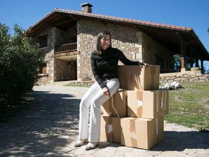 Elena Oca, sentada sobre las cajas de la mudanza, durante el desalojo de su casa, el pasado lunes.