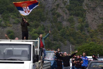 Un serbokosovar ondea una bandera serbia en protesta por la decisión sobre las matrículas, el pasado lunes en Jarinje (Kosovo).