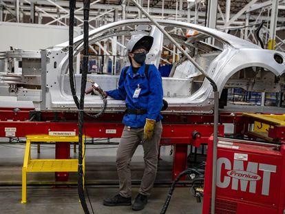 Cadena de producción en una fábrica de coches en California.