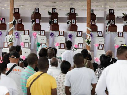 Una multitud de habitantes despiden a las víctimas de la masacre.