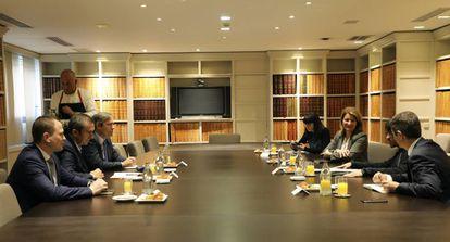 Los integrantes del desayuno informativo y el moderador Jaime García Cantero, en un momento del debate organizado por EL PAÍS RETINA y patrocinado por Accenture.