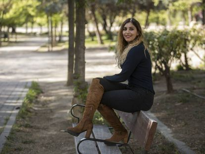 La asesora de Podemos Dina Bousselham, en un parque de Carabanchel.