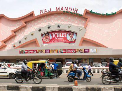 Las salas del Raj Mandir Cinema de Jaipur son las más famosas de India. Una gran lona roja anunciaba a mediados de agosto la película 'Baño. Una historia de amor'.