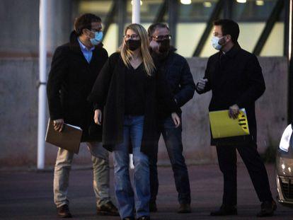 Pere Aragonès (derecha) y Elsa Artadi (centro), el pasado abril tras una reunión celebrada en la cárcel de Lledoners (Barcelona).