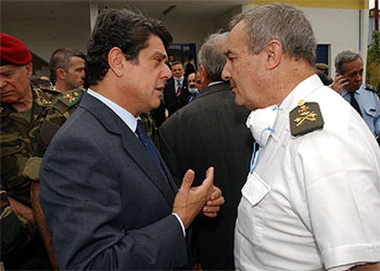 Trillo conversa con el general médico Vicente Navarro el 27 de mayo de 2003 durante su visita al tanatorio turco.