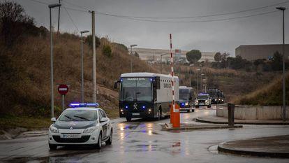 El autobús de la Guardia Civil con los nueve presos independentistas se dirige de la cárcel de Brians hacia Madrid el pasado día 1.