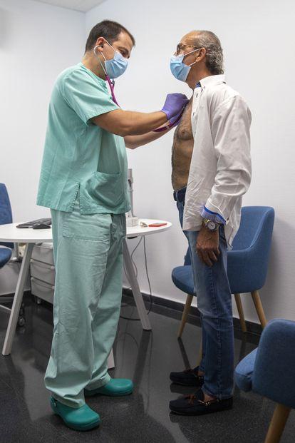 Pedrosa con Sergio Trinidad, jefe de servicio de Rehabilitación del hospital madrileño.