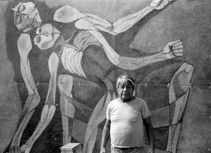 El pintor Oswaldo Guayasamín, en 1988, ante un mural que pintó para el Congreso de Ecuador.