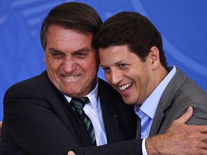 El presidente Bolsonaro abraza a Salles en febrero durante un acto para atraer inversión privada para preservar la Amazonia.