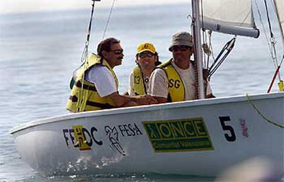 Un equipo de invidentes en uno de los barcos que participaron en el campeonato de vela de Burriana.