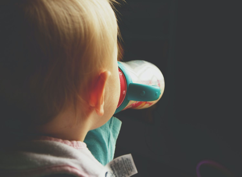 Un niño bebé leche.