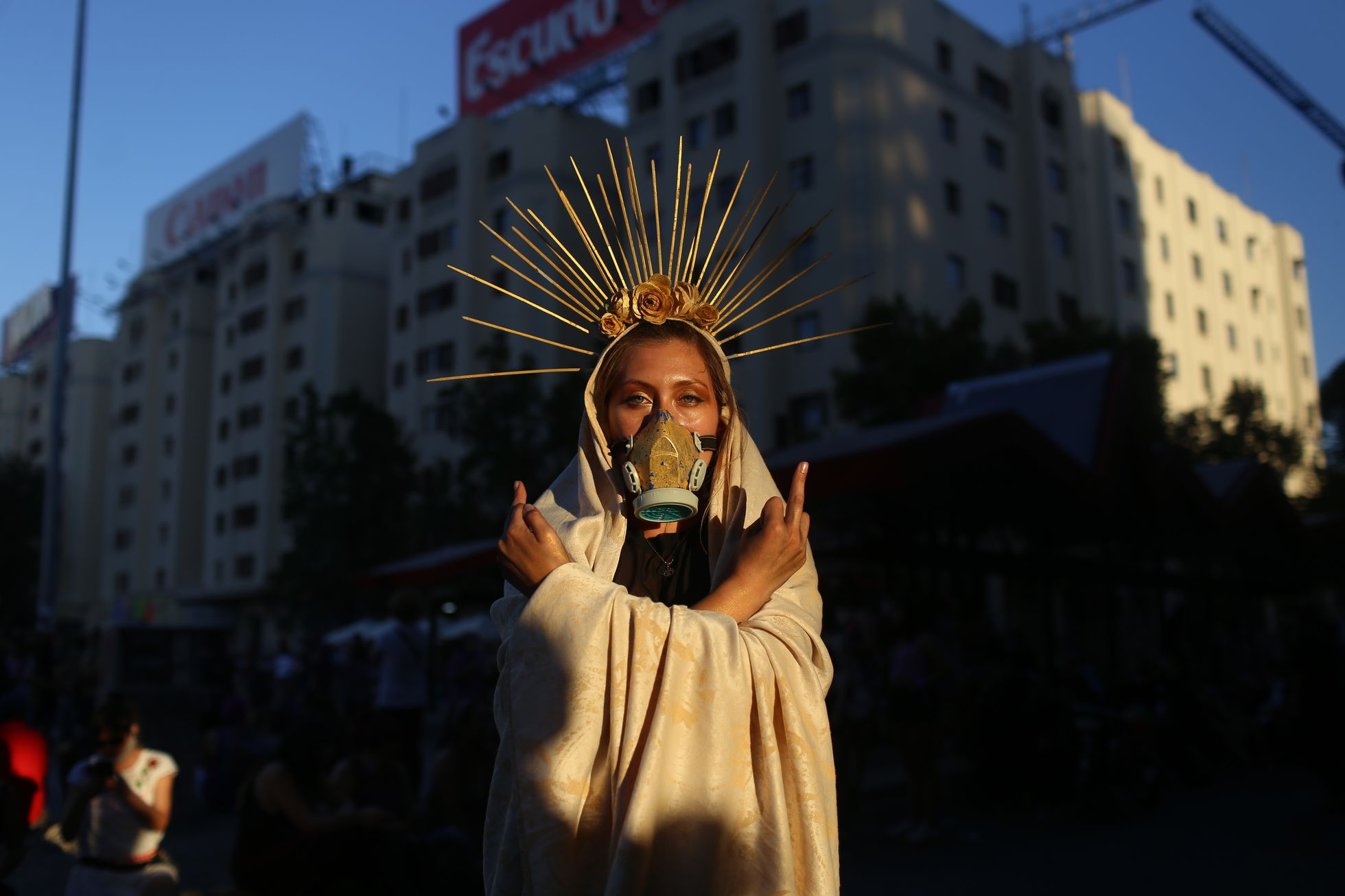 Una mujer realiza una acción artística durante una masiva conmemoración del Día Internacional de la Mujer, en Santiago el 08 de marzo de 2021.