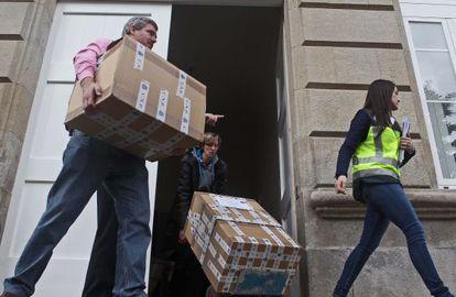 Agentes requisan expedientes de obras en la Diputación de Pontevedra en febrero pasado.
