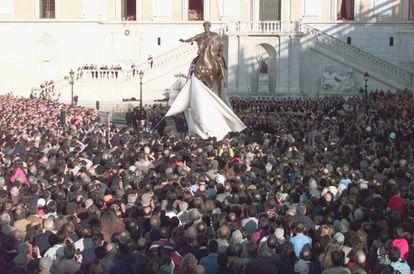 Una multitud de ciudadanos abarrota en 1997 la Plaza del Campidoglio, en Roma, durante la inaguración de la reproducción en bronce de la estatua del emperador Marco Aurelio que se encontraba en dicha plaza (ahora en los vecinos Museos Capitolinos).