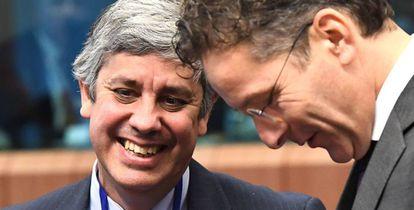 Mário Centeno, a la izquierda, con su antecesor en la presidencia del Eurogrupo, Jeroen Dijsselbloem.