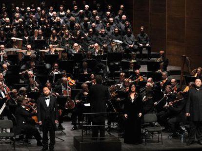 La Orquesta, Coro y solistas del Festival de Bayreuth, anoche en el Liceo durante la interpretación de 'El holandés errante'.