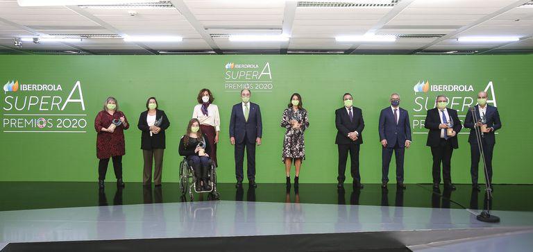 El presidente de Iberdola, Ignacio Galán (quinto por la izquierda) posa con algunas galardonadas y con asistentes a la entrega de premios, este jueves en Zaragoza.