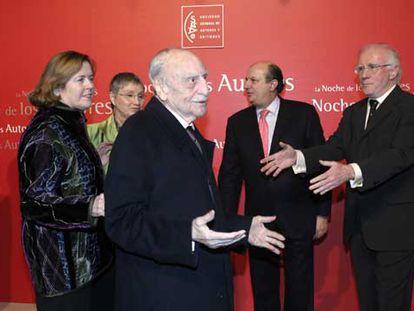 Francisco Ayala, con su esposa, Carolyn Richmond; Ana Diosdado, Santiago Fisas y Eduardo Bautista.