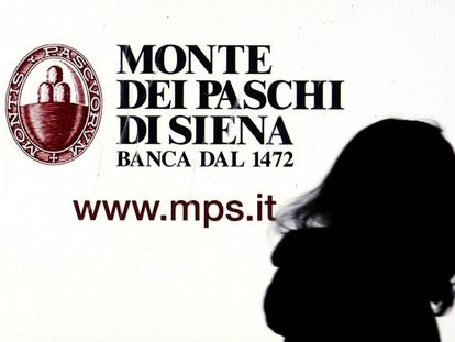 Una ventana del Monte dei Paschi di Siena en el centro de Milán, Italia.