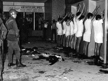Estudiantes universitarios custodiados por la policía en Tlatelolco en octubre de 1968.