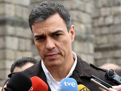 El secretario general del PSOE, Pedro Sánchez, durante unas declaraciones a los medios en Segovia. En vídeo, declaraciones de José Luis Ábalos, secretario de organización del PSOE.