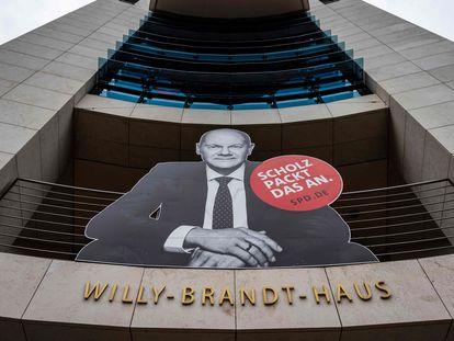 Imagen del candidato del SPD, Olaf Scholz, y de su eslógan de campaña (Scholz se pone a ello) en la sede de los socialdemócratas en Berlín.