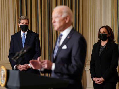 El presidente Joe Biden acompañado del zar del clima de la Administración, John Kerry, y la vicepresidenta, Kamala Harris, en la Casa Blanca.
