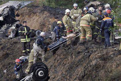 Los equipos de emergencia rescatan un cadáver el avión Yak-42 siniestrado en Rusia.