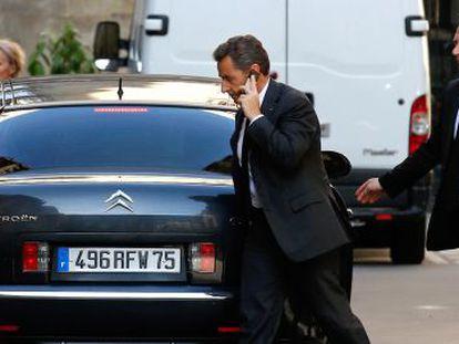 Sarkozy habla por teléfono en una calle de París el miércoles, tras ser imputado.