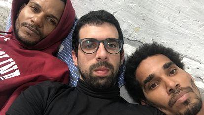 El escritor cubano Carlos Manuel Álvarez (c), junto a Maykel Castillo (i) y Luis Manuel Otero Alcántara (d), tres de los opositores en huelga de hambre.