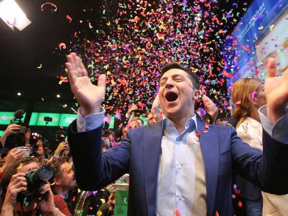 Volodímir Zelenski celebra su victoria, este domingo en Kiev.