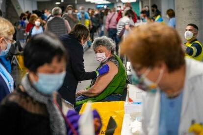 Vacunación en el WiZink Center de Madrid, el 9 de abril.