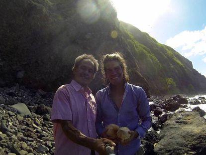 El empresario malagueño Álvaro Cerezo (derecha), con Kolo Fekitoa, un superviviente del naufragio, en 2015. En vídeo, imágenes de vuelta a la isla donde naufragó Fekitoa junto a Cerezo.