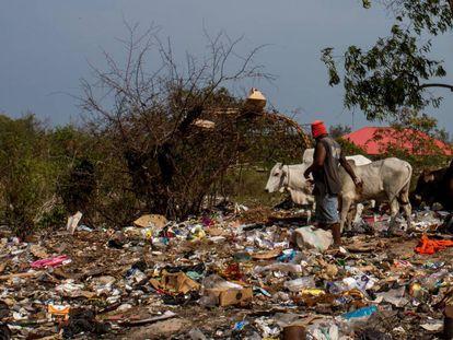 Vertedero de Kigwenga, en Zanzíbar, donde se acumulan toneladas de basura proveniente de hoteles para turistas.