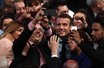 El exministro Macron posa con varios seguidores tras un mitin este martes.
