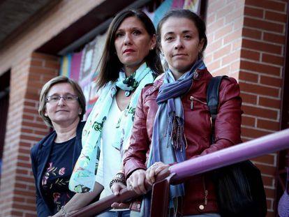 Tres madres de niños acosados en la sede de AMACAE el pasado jueves.