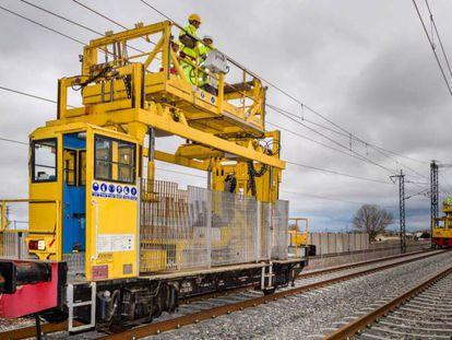 Operarios de Adif realizan el mantenimiento de la red ferroviaria.